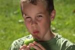 Jongen eet appel