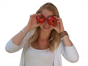 Jong volwassen met tomaten voor ogen