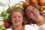 Jonge vrouwen tussen fruit